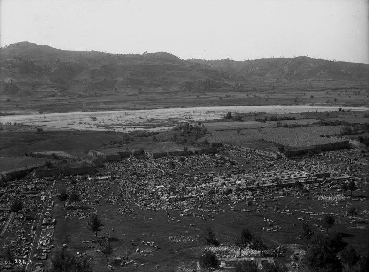 Blick vom Kronoshügel auf das Heiligtum nach den Ausgrabungen im 19. Jh., im Hintergrund der Alpheios ©D-DAI-ATH-Olympia 226: Fotograf: unbekannt, 1899