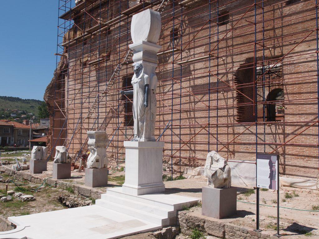 2013 wurde ein monumentales Götterbild in Originalgröße rekonstruiert (Foto: M. Bachmann, DAI Istanbul)