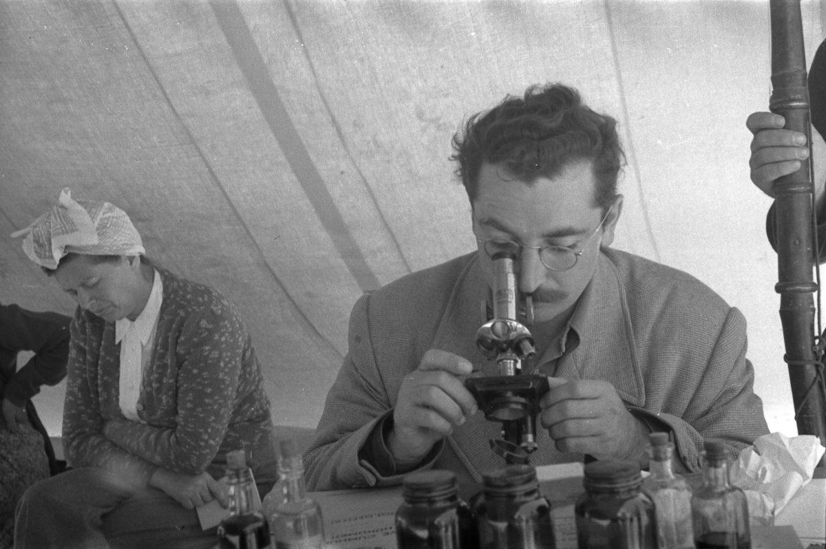 Eckstein, Muayene Esnasında Bir Doktor ve Arka Planda Erna Eckstein, Van Yakınları, 1949