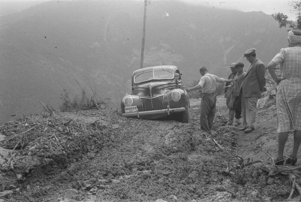 A. Eckstein, Çamura Batmış Araba (Ford), Samsun Yakınları, 1947